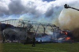 Une ferme détruite par le feu à Alterswil