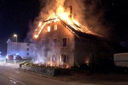 Maison en flammes à Vallon