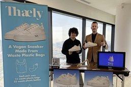 Des sacs en plastique aux pieds
