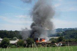 Une halle à bois en feu à Posieux