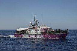 """Bateau de Bansky: les gardes-côtes italiens évacuent 49 personnes """"fragiles"""""""