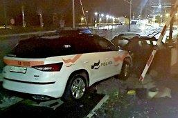 Le véhicule de la police également endommagé