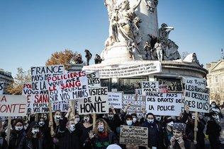 Forte mobilisation pour les marches des libertés, heurts à Paris
