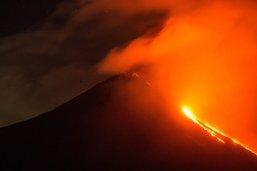 Coulées de lave sur les flancs du volcan Pacaya au Guatemala
