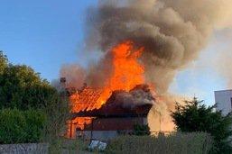 Un rural détruit par les flammes à Payerne