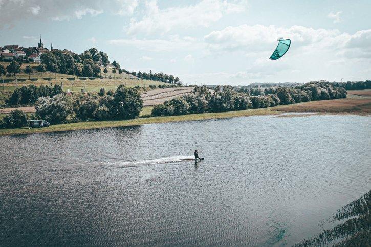 Ils font du kitesurf sur une gouille romontoise