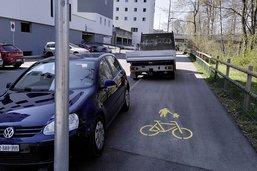 Voie cyclable prise pour un parking